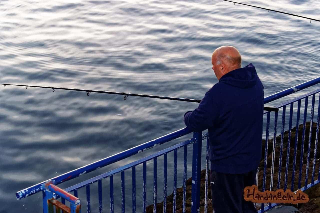 Dorschangeln im Hafen Mann