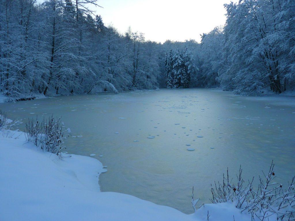 Eisangeln am zugefrorenen See