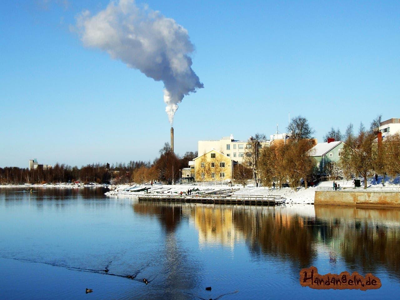Finnland Oulo See Kraftwerk warmes Wasser Aalangeln im Winter