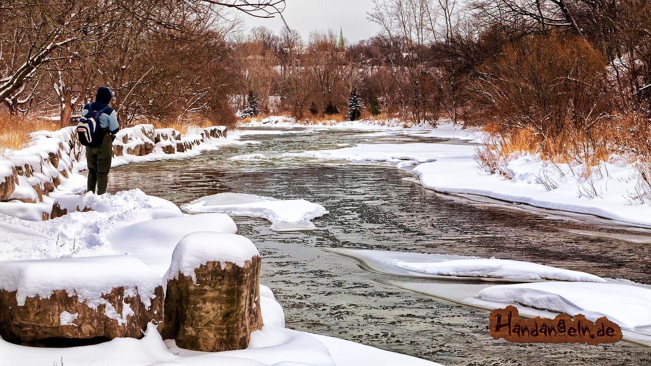 Forellenangeln bei Frost Fluss Angler