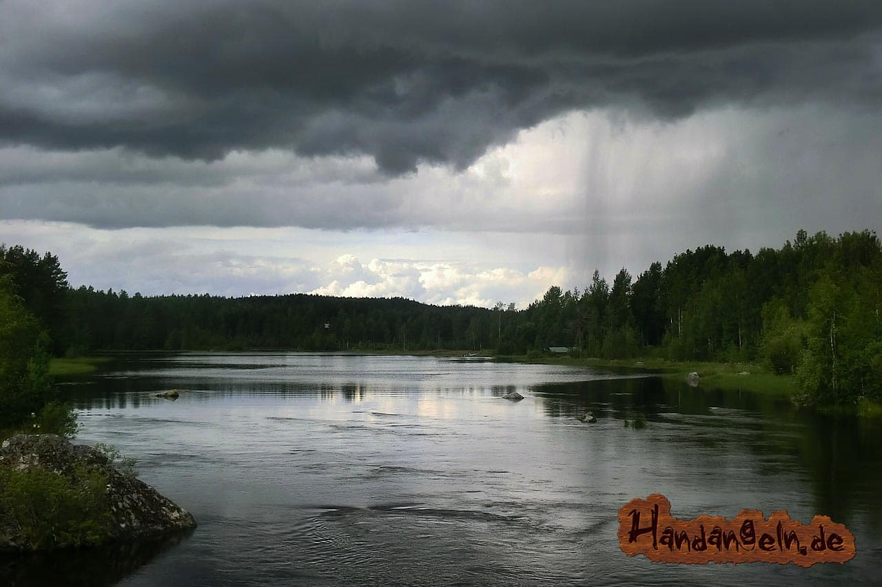 Hechtangeln Regen See Ufer düster