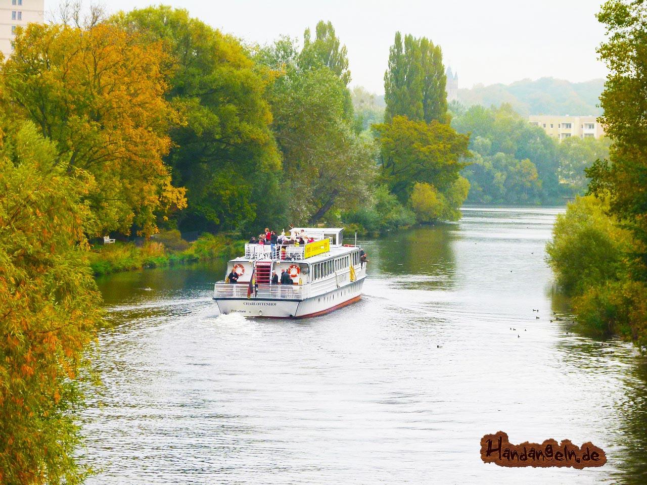 Hechtangeln am Fluss Fahrrinnen der Schifffahrt Hecht