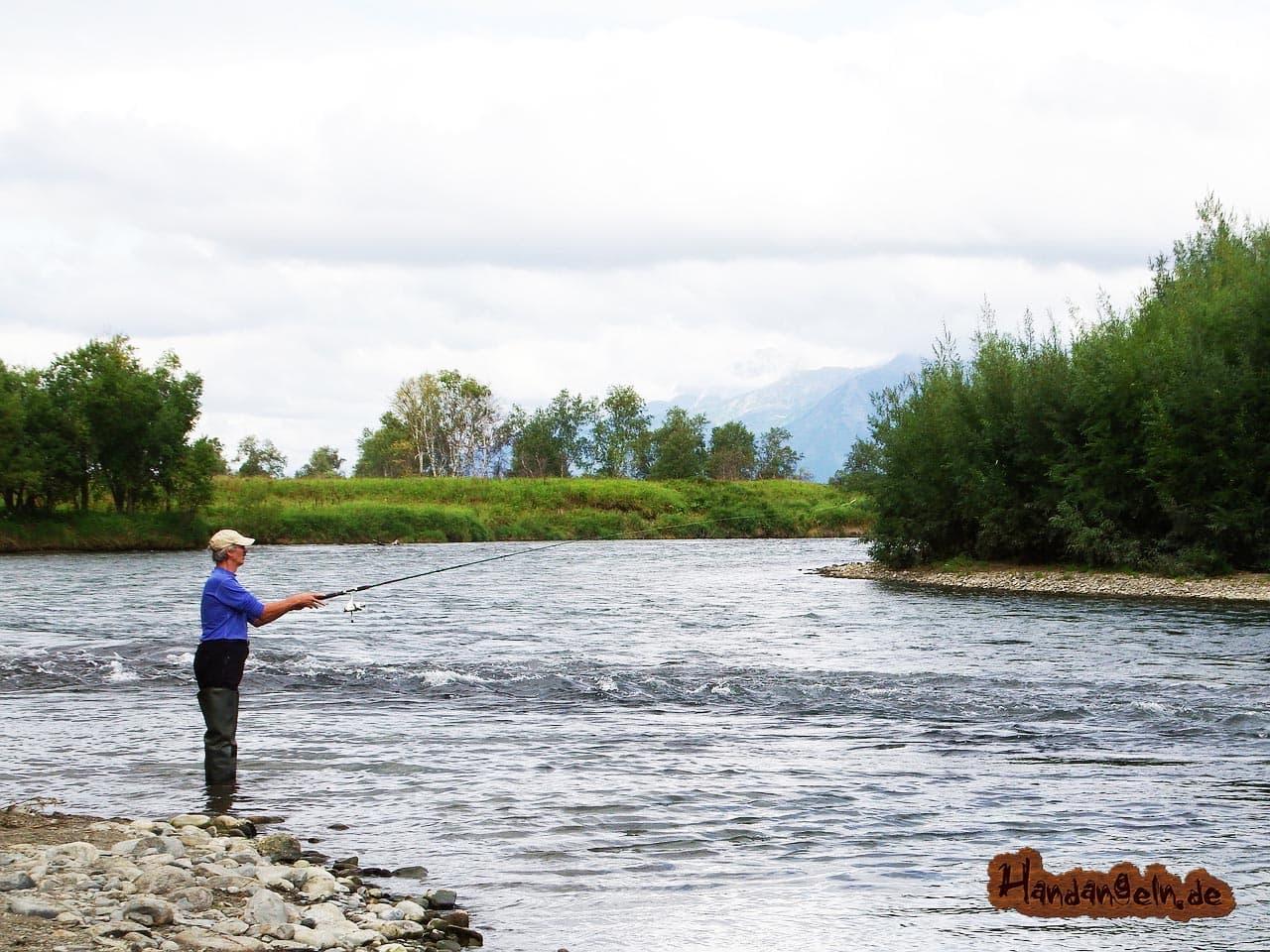 Angler Hechtangeln am Fluss Fluss-Kurven