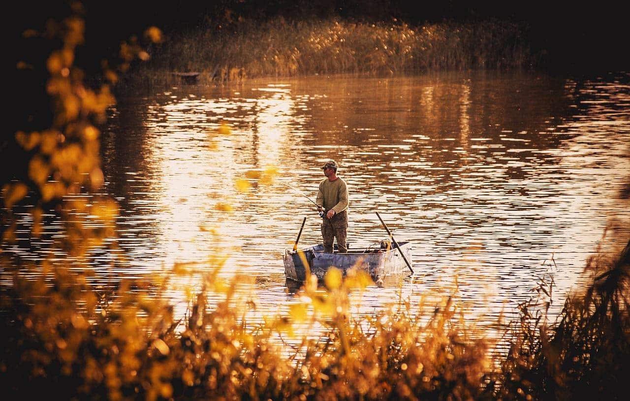Karpfenangeln Boot Angler stehend