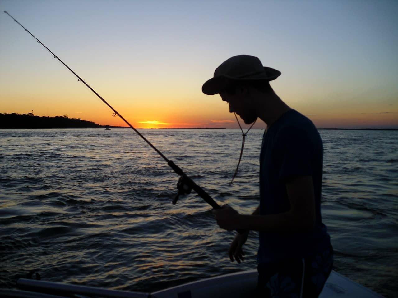 Fischer beim Angeln auf Wels mit Wels Angel